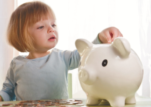 Как научить ребенка правильно относится к деньгам